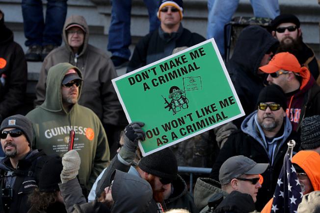 數千人在維州州議會前集會,抗議民主黨控制的州議會擬快速通過控槍法案。(Getty Images)