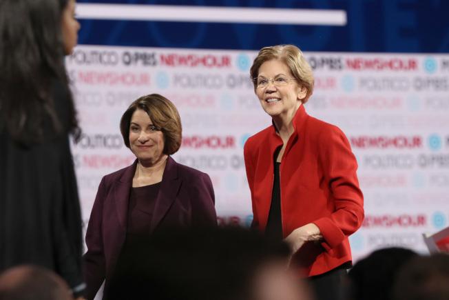 「紐約時報」於19日表態支持進步派的麻州聯邦參議員伊麗莎白‧華倫(右),或溫和派的聯邦參議員柯洛布查(左),代表民主黨參選總統。(Getty Images)