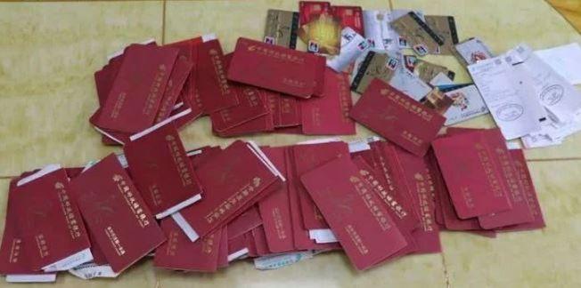 周維忠為村民代管的150多本存摺。(取材自江蘇新聞)