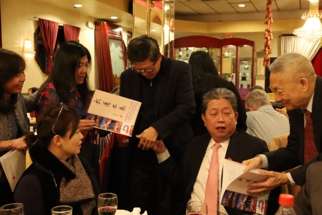 「大道不惑」姊妹市40周年紀念刊物,處長劉經巖贈書簽名。(記者陳淑玲/攝影)