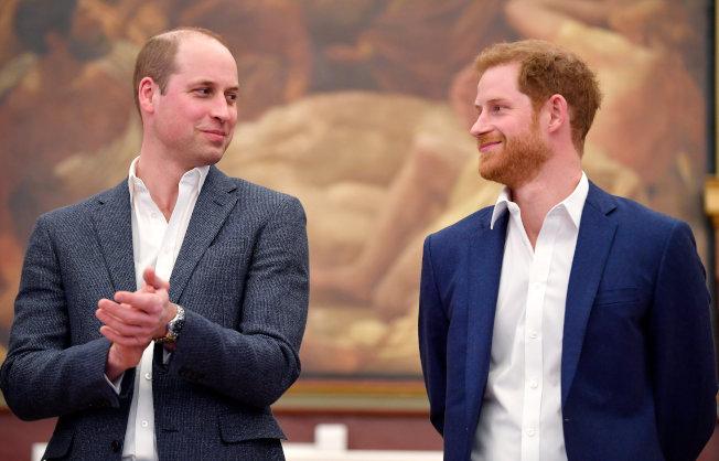 英國王子哈利(右)據傳已與哥哥威廉(左)和好,但與老爸查理王子之間仍有矛盾。(路透資料照片)