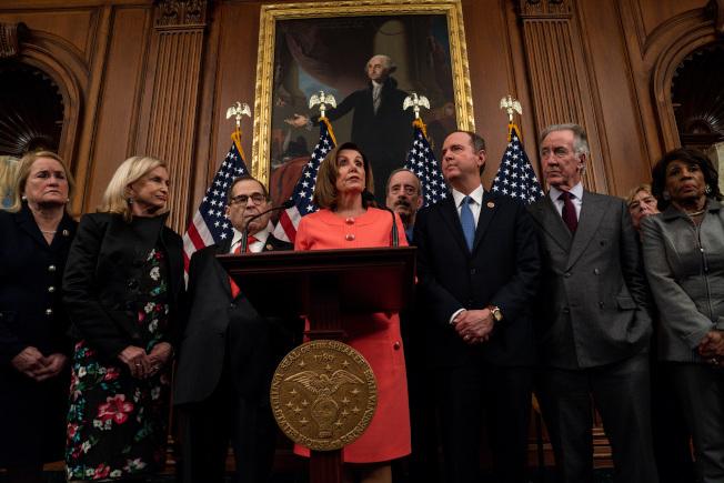 民主黨眾院議長波洛西(中)率領的彈劾川普總統團隊表示,沒有人能凌駕法律,總統也不例外。(美聯社)