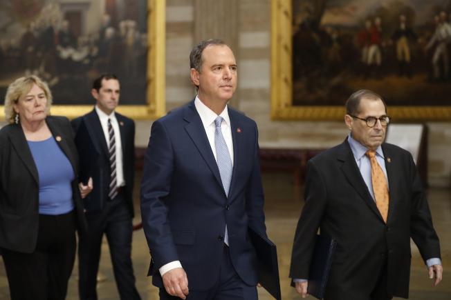 民主黨眾院以謝安達(右二)、納德勒(右一)眾議員為主的彈劾川普總統團隊表示,沒有人能凌駕法律,總統也不例外。(美聯社)