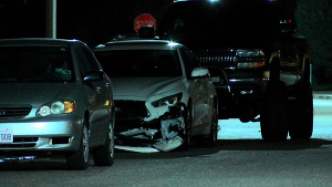 嫌犯查德拉駕駛的白色Infiniti轎車(中),案發後停在路邊。(KTLA 5電視台)