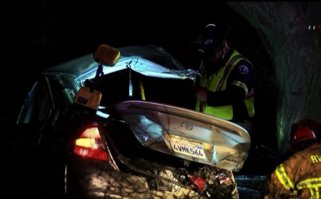 撞倒樹的受害青少年的Toyota Prius。(KTLA 5電視台)
