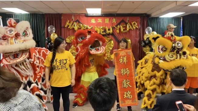 南海岸中華文化協會爾灣中文學校舞獅隊表演。(記者尚穎/攝影)