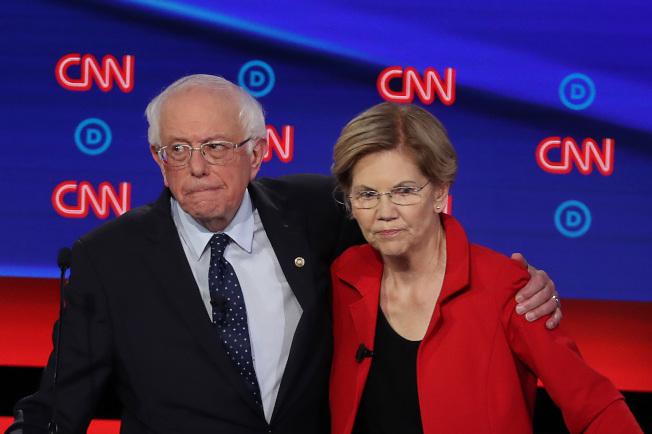華倫(右)近日表示反對白登提出的社安金政策,並和桑德斯(左)共同成立「社安金擴大參院核心小組」。(Getty Images)