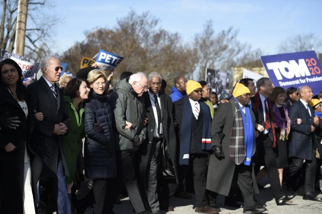 20日是黑人民權領袖馬丁路德‧金恩紀念日,多數民主黨總統參選人(第一排)出席南卡州哥倫比亞市的紀念金恩遊行。( 美聯社)