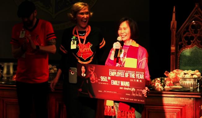 橘郡圖書館管理員王渝君(右)獲頒年度最佳員工獎。(截自視頻)