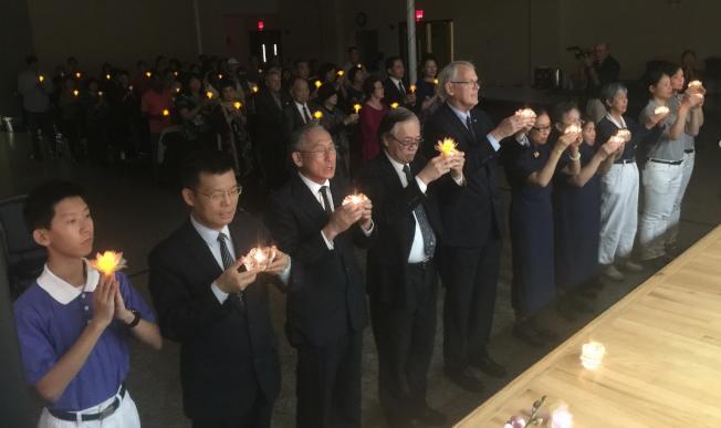 慈濟奧蘭多聯絡處歲末祝福感恩會中,與會者點心燈祈福。(記者陳文迪/攝影)