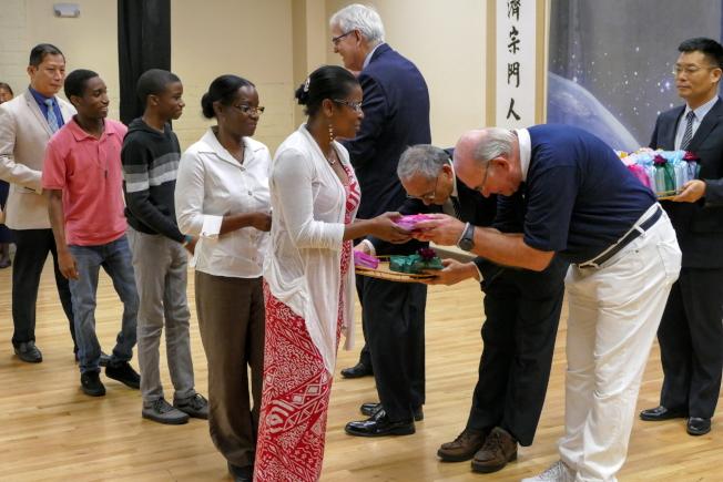 慈濟奧蘭多聯絡處歲末祝福感恩會,發放福慧紅包一景。(Richard Wng提供)