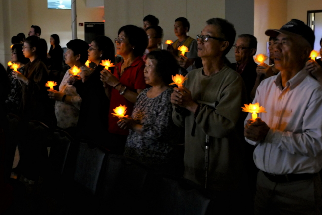 慈濟奧蘭多聯絡處歲末祝福感恩會,與會者點心燈祈福。(Richard Wng提供)