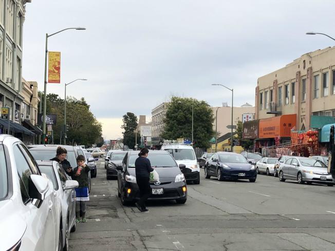 屋崙華埠不少人在車道上並排停車等候。此前有華人沒鎖門被搶走車輛。(記者劉先進 /攝影)