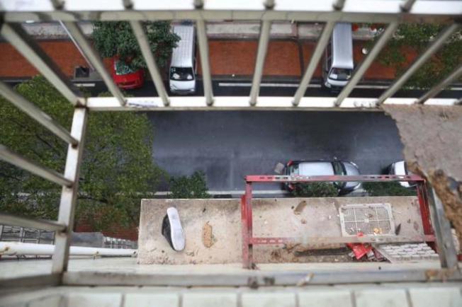 女子擦窗時墜落5樓。(取材取自澎湃新聞)