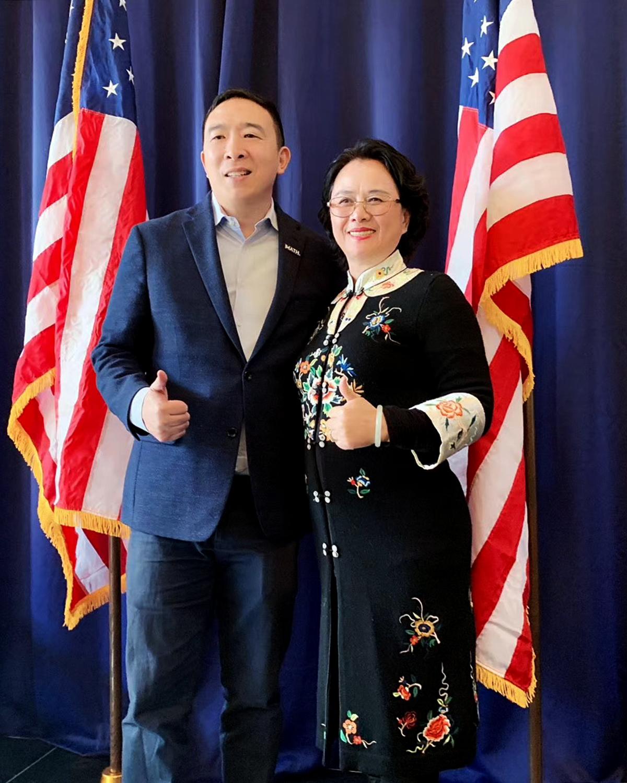 美國亞裔民主黨俱樂部主席羅玲(右)在「總統參選人楊安澤亞太裔領袖峰會」上與楊安澤合影。(羅玲提供)