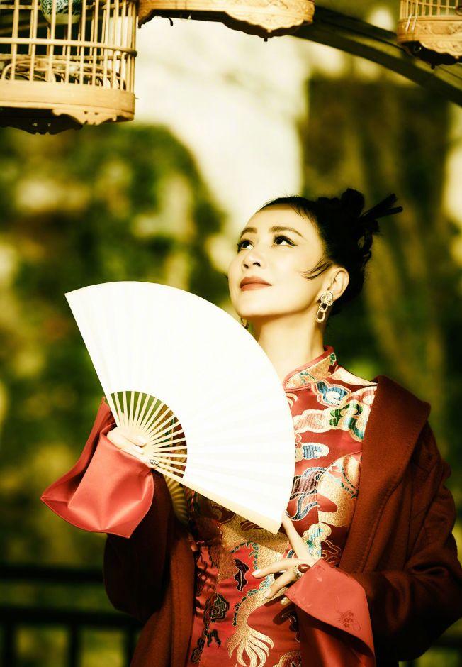 劉嘉玲曬出旗袍照,網友讚風情不減當年。(取材自微博)