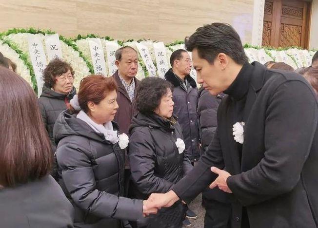 于曉光與家屬握手照,被質疑有專業攝影師操刀。(取材自微博)