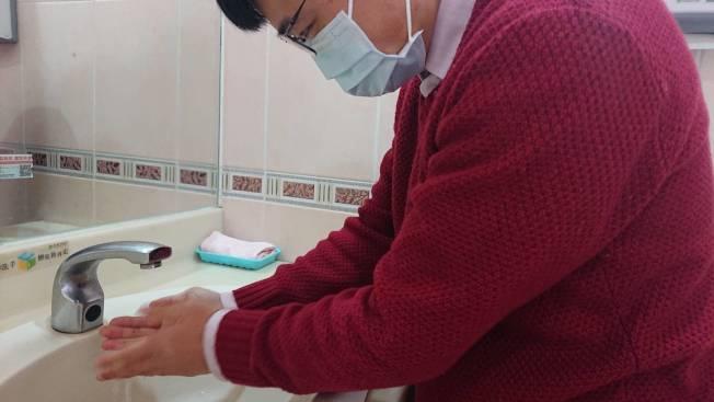 要防止武漢肺炎或流感,勤洗手、戴好外科口罩,是目前防疫專家建議最實用可行的做法。記者邱宜君/攝影