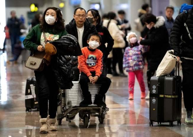 中國網民質疑武漢早前隱匿疫情、未做詳實宣導。 (Getty Images)