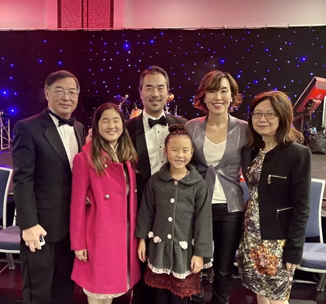 亞美老人服務中心共同主席王徐湛生全家人共襄盛舉。(記者尚穎╱攝影)