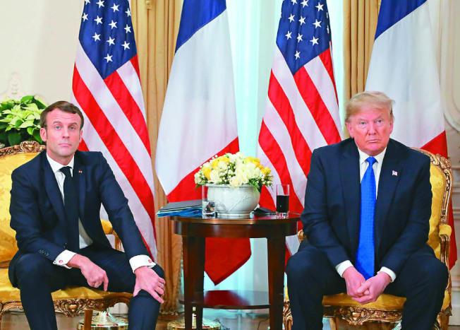 美國總統川普(右)與法國總統馬克宏針對科技業「數位稅的爭議,達成停火協議。(路透)