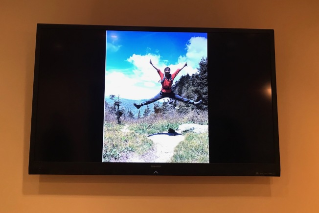 視頻中倪偉在山頂跳躍的英姿。(記者王明心/攝影)