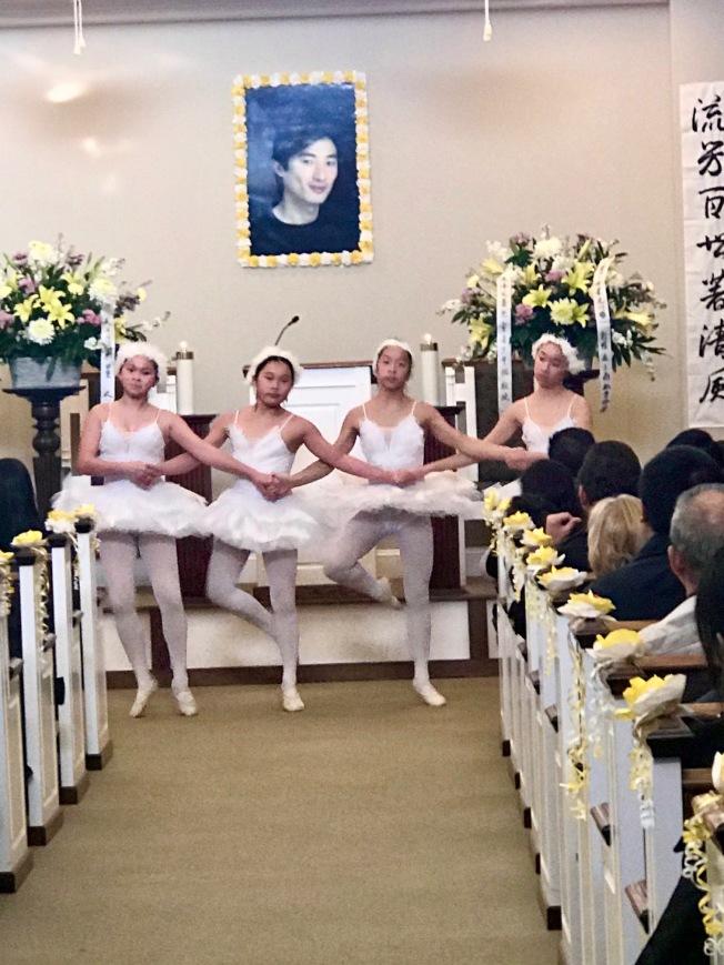 告別式上,倪偉的學生(左起)肖伊琳(Isabella Freeman)、王甄蔓(Annabelle Wang)、 鄭美(Anna Zheng)、徐嘉辰(Phoebe Xu)為他跳他所指導的「四小天鵝」。(記者王明心╱攝影)