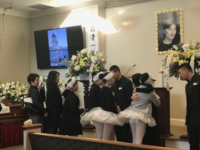 告別式參加者與遺族擁抱,互相安慰。(記者王明心/攝影)