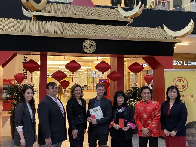 亞市市議員們鼓勵民眾踴躍參與亞凱迪亞市西野購物中心的農曆新年活動。(記者謝雨珊╱攝影)