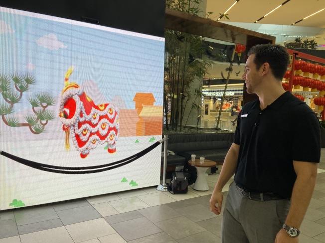 農曆新年活動期間民眾可現場與LED照明牆上的虛擬舞獅互動。(記者謝雨珊/攝影)