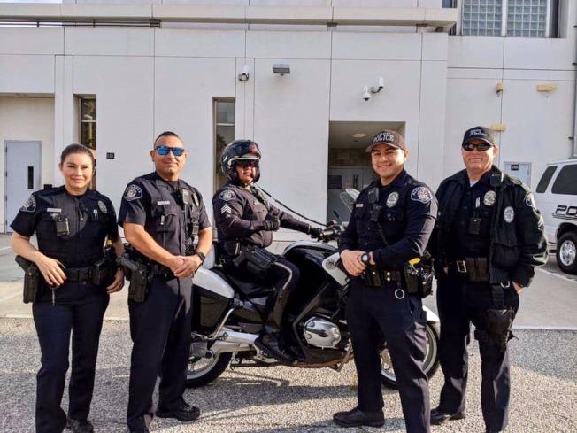 阿罕布拉市警局警員與警用機車。(阿市警局提供)