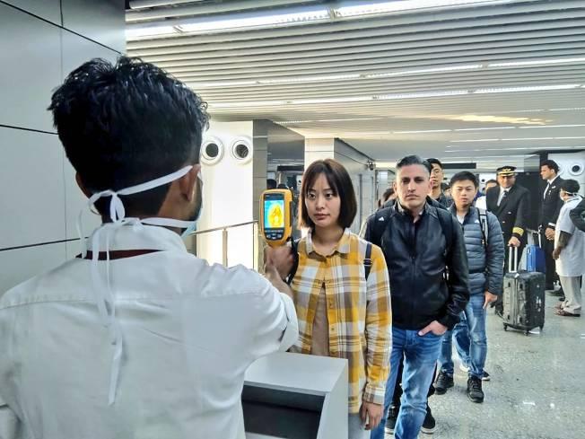 中國爆發新型冠狀病毒肺炎,引起周邊國家焦慮。圖為印度機場針對中國入境班機展開體溫監測。(Getty Images)