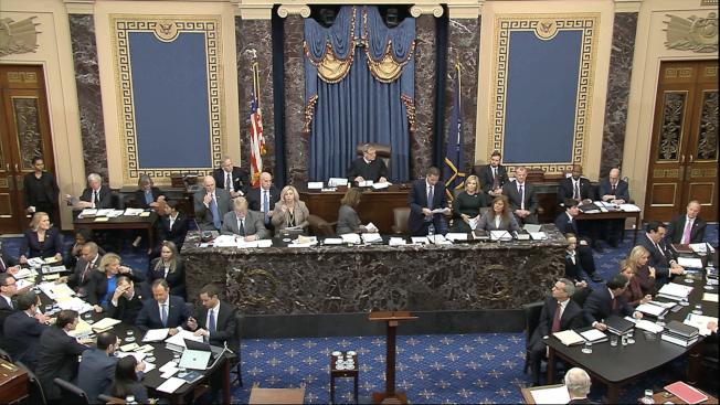 最高法院首席大法官羅伯茲坐在當中,主持參院審理彈劾總統案。(美聯社)