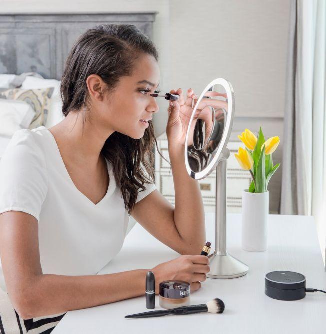 Simplehuman Sensor Mirror 感應化妝鏡。(theVerge圖)