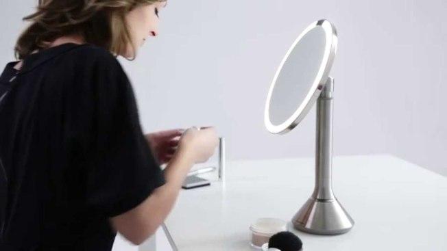 Simplehuman Sensor Mirror 感應化妝鏡。(Youtube截圖)