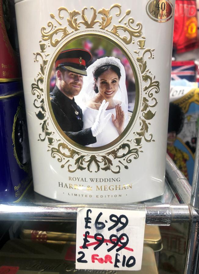 溫莎當地的紀念品店近日開始出清哈利夫婦周邊商品。(路透)