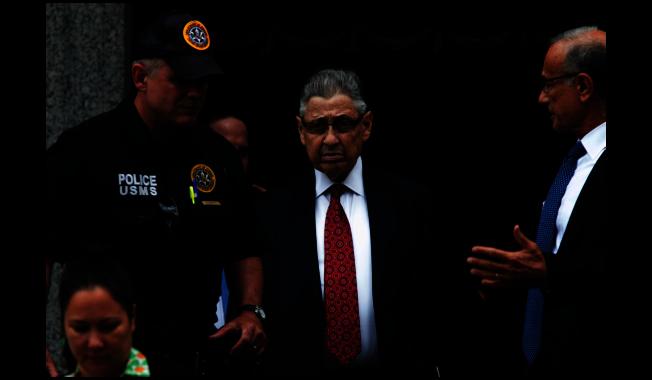 前紐約州眾議長蕭華(中)的七項罪名被撤銷三項。(本報檔案照)