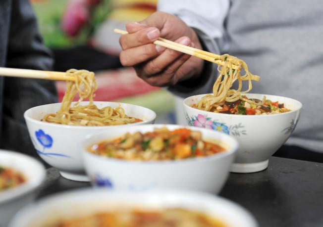 熱的澱粉食物更易消化吸收,會讓人吃得更多,攝入的熱量也會增多。(新華社)