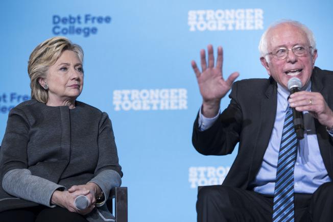 2016年民主黨總統候選人喜萊莉.柯林頓,拒絕表明若是桑德斯贏得民主黨提名,是否會支持他。圖為柯林頓和桑德斯2016年參加競選活動。(Getty Images)