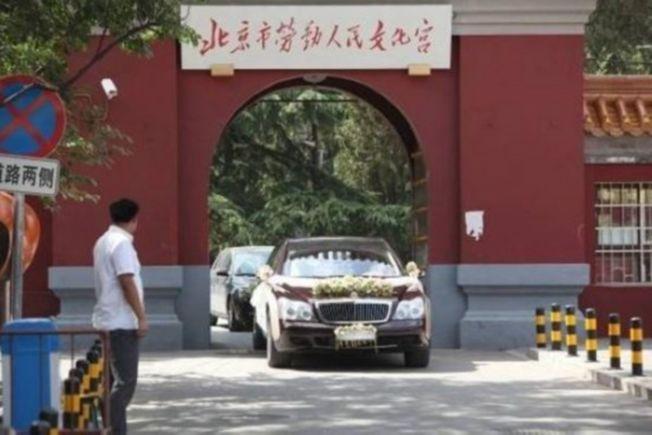 葉明子大婚,多輛婚車也進入「全國重點文物保護單位」北京太廟內部。 (取材自微博)