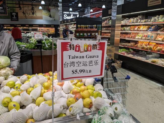 糖城百佳超市已能看到芭樂身影。(記者蕭永群/攝影)