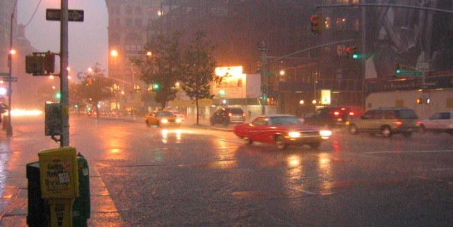 氣象專家提醒,排水系統差的小巷需注意淹水。(摘自torbakhopper)