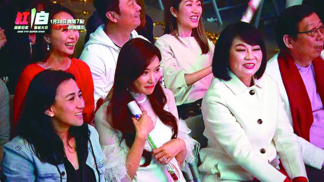林志玲(左二)害羞看著老公表演。(圖:台視提供)
