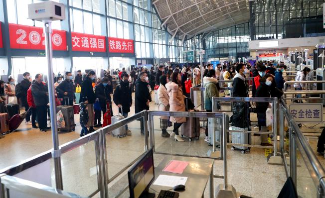 疫情重災區湖北省武漢市加強進出人員管控施。圖為武漢火車站進站大廳,紅外體溫檢測儀檢測進出旅客體溫。(中新社)