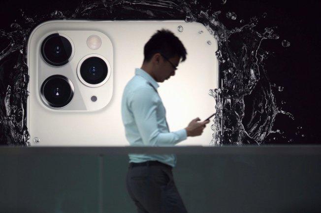 日本媒體「Mac Otakara」整理出七大有關新iPhone的細節,圖為行人走過iPhone11的廣告。(路透)