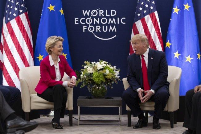 川普(右)與范德賴恩(左)出席在瑞士達佛斯舉行的世界經濟論壇(World EconomicForum , WEF)年會。美聯社