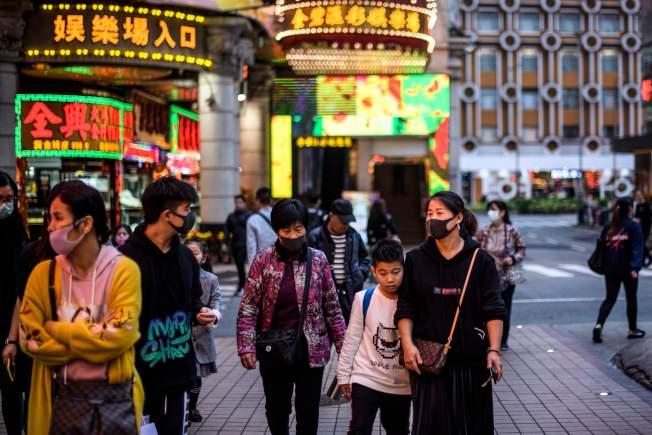 澳門街頭,越來越多民眾開始戴口罩,預防肺炎。但是,什麼才是最好的預防感染方式?(Getty Images)