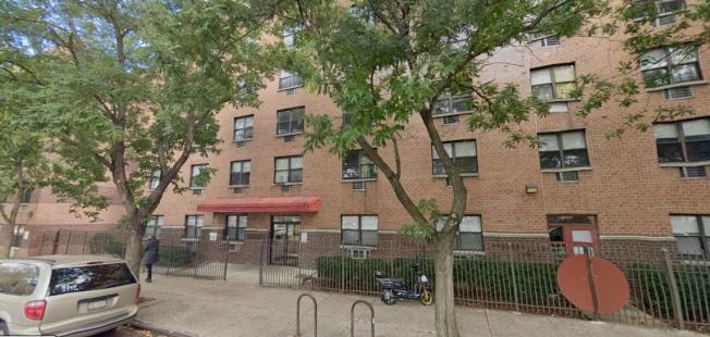 位於曼哈頓下東城科西街的Harry and Jeanette Weinberg Building公寓,已經無熱水、暖氣近兩周。(截自谷歌地圖)