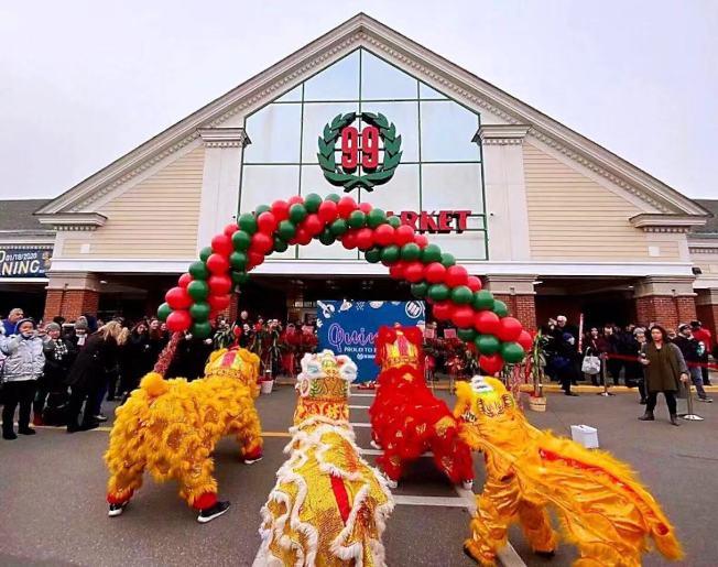 大華超市昆士分店盛大開幕,特邀舞獅採青助興。