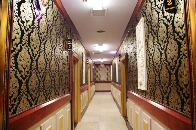 金色年華卡拉OK店有大大小小包廂10間,除VIP室之外,到2月底前可享半價優惠。